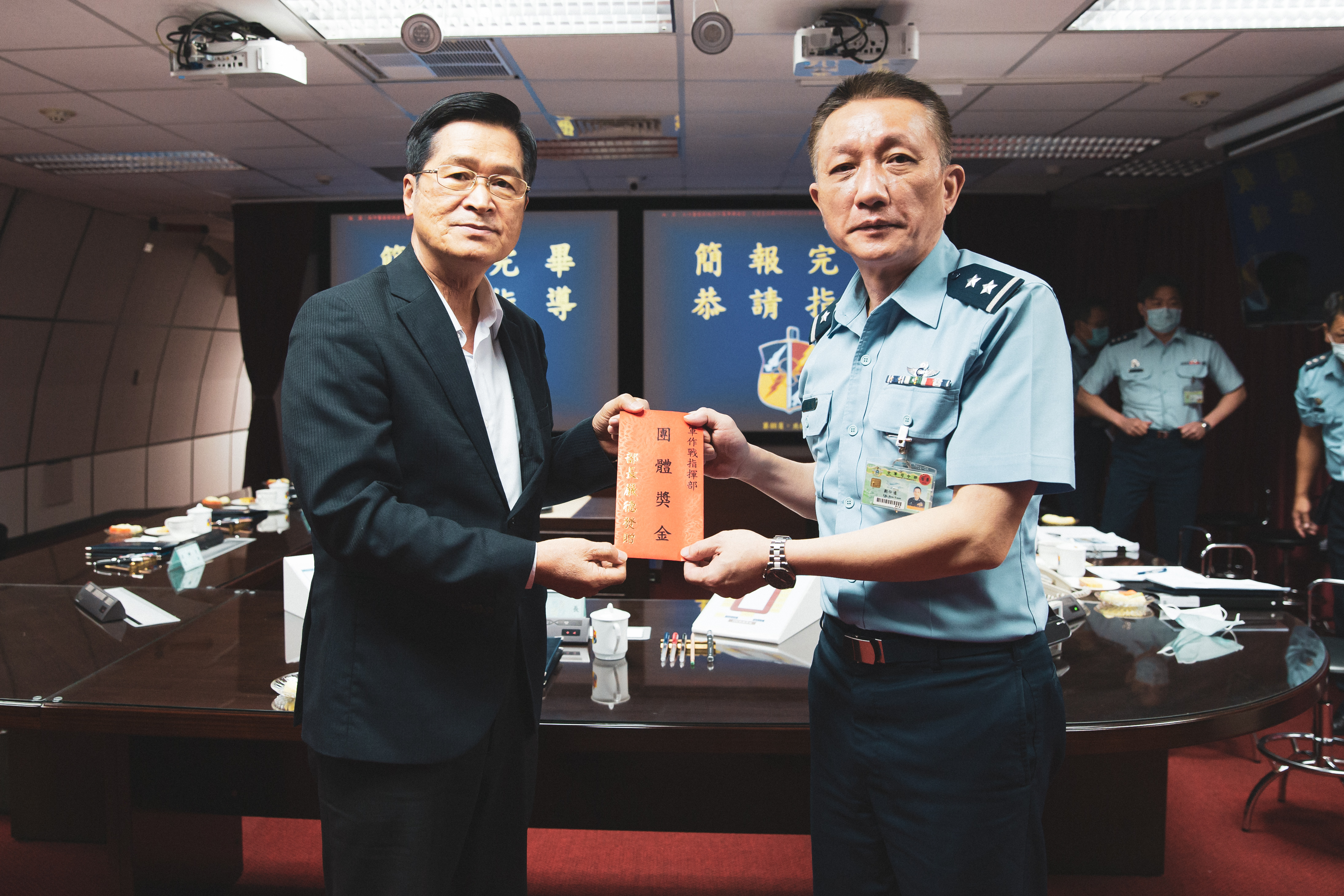 MINDEF Yen inspects JAOC and orders enemy intelligence collection