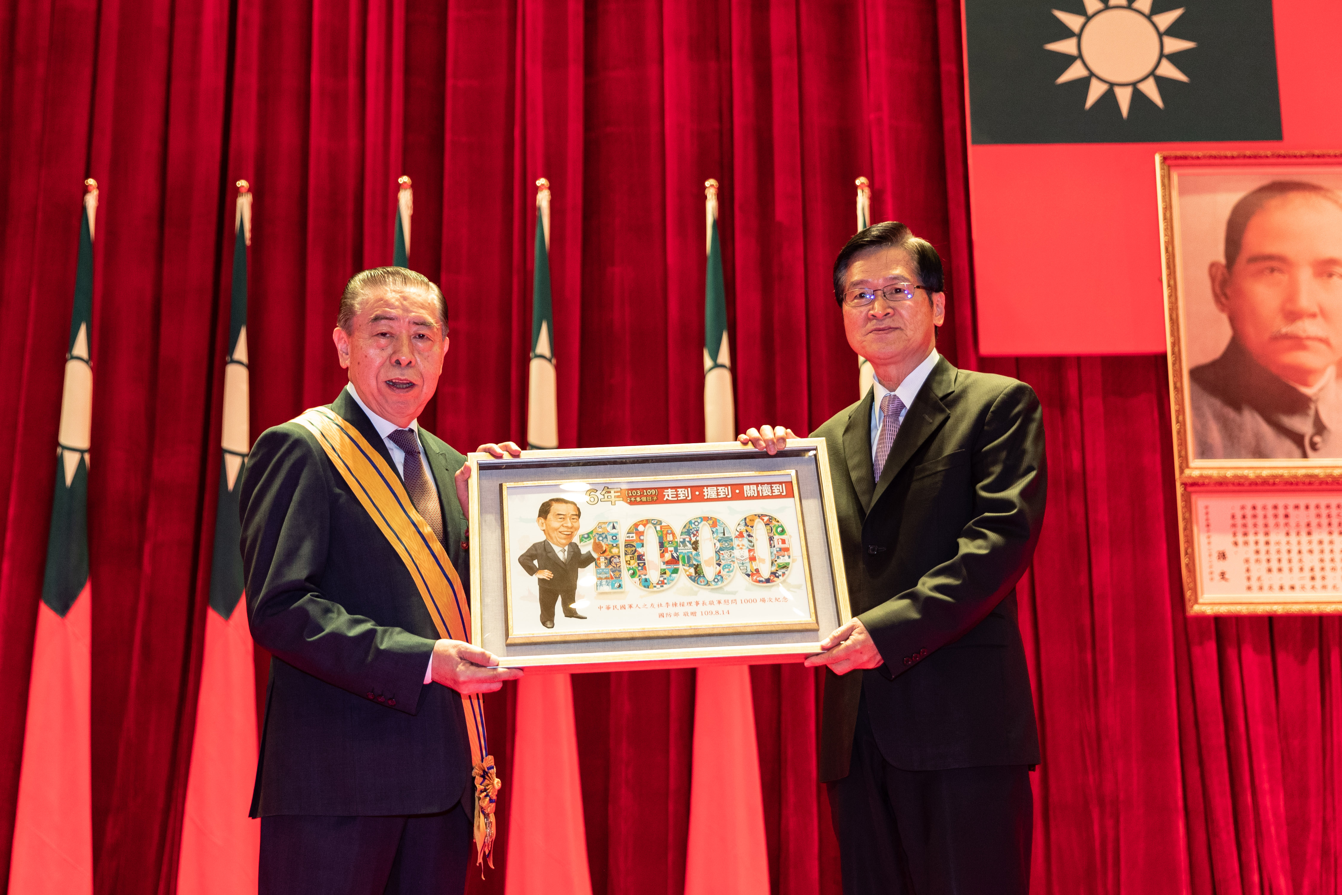 MINDEF Yen bestows Li Dong-liang a medal for his long support to military