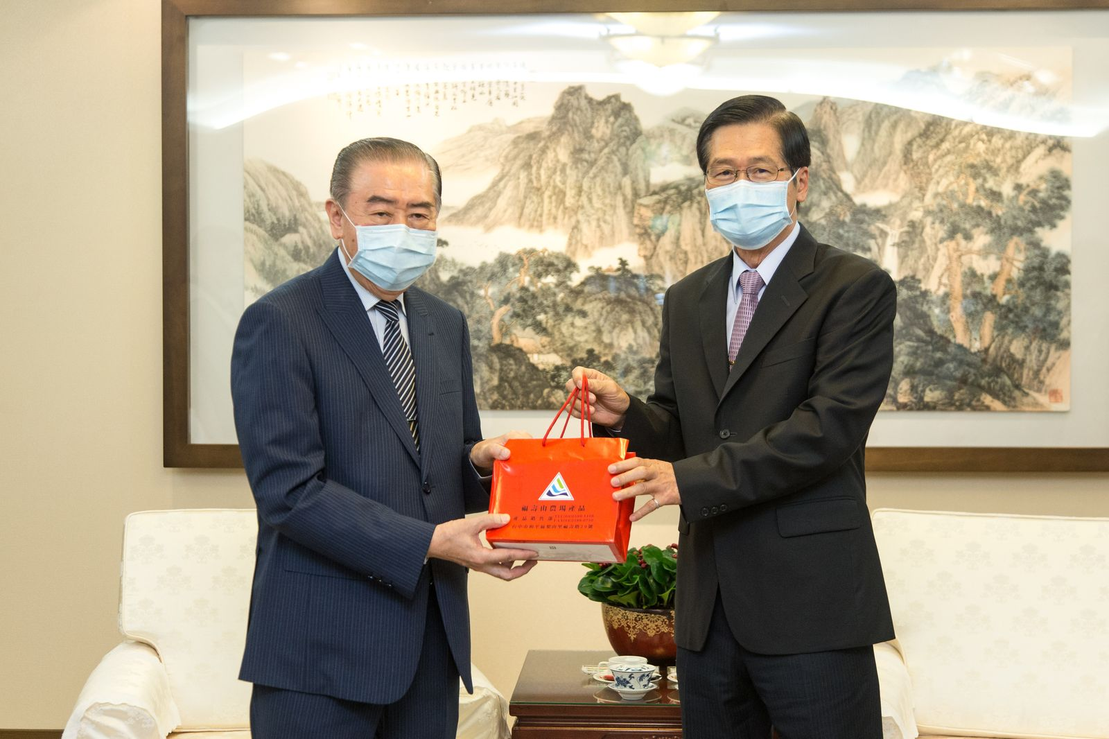 MINDEF Yen meets with FAFA and gives thank for its care for soldiers