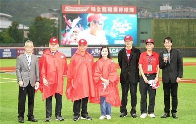 紀念已故傳奇總教練徐生明 味全龍舉行85號球衣退休儀式
