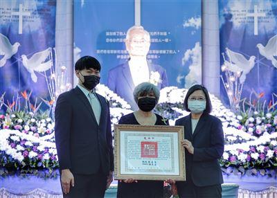 蔡總統親頒褒揚令 表彰前國策顧問楊四海對臺灣民主發展的貢獻