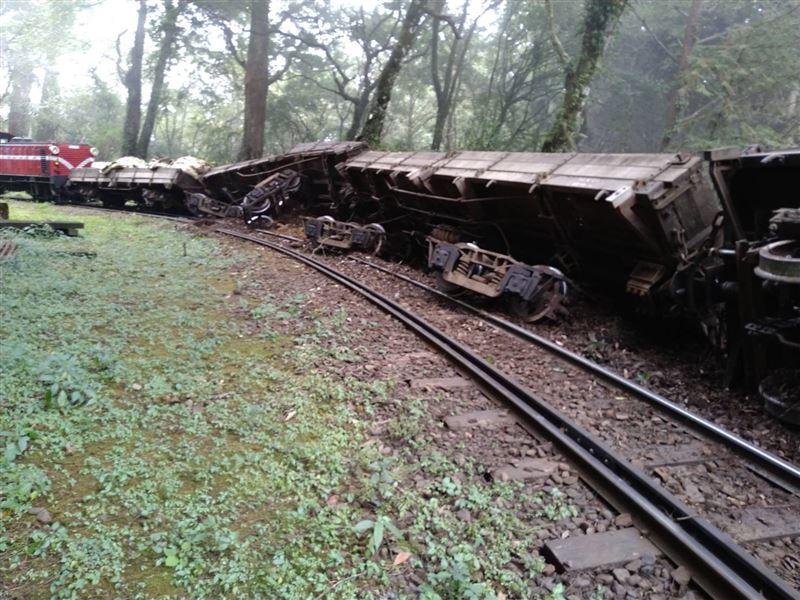 阿里山林鐵工程車出軌 神木線停駛至16日1