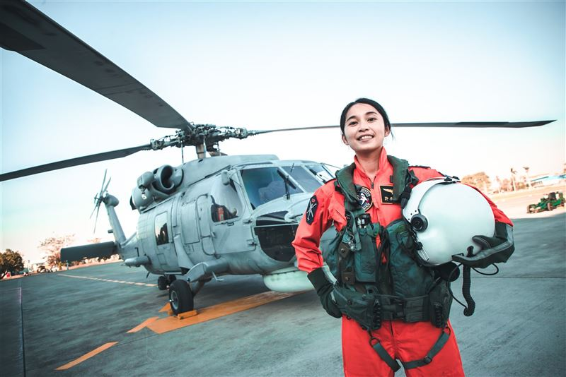 海軍首位反潛女飛官許秀青入列1