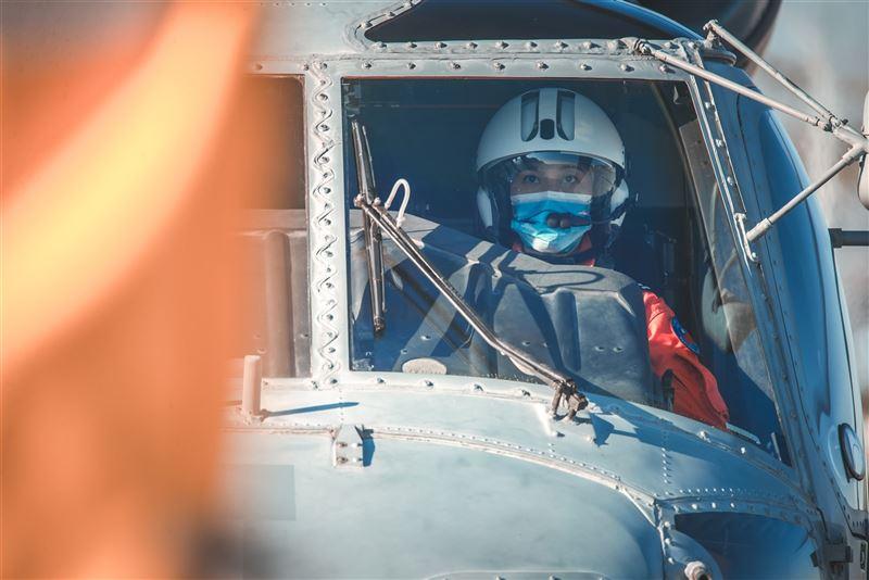 海軍首位反潛女飛官許秀青入列5