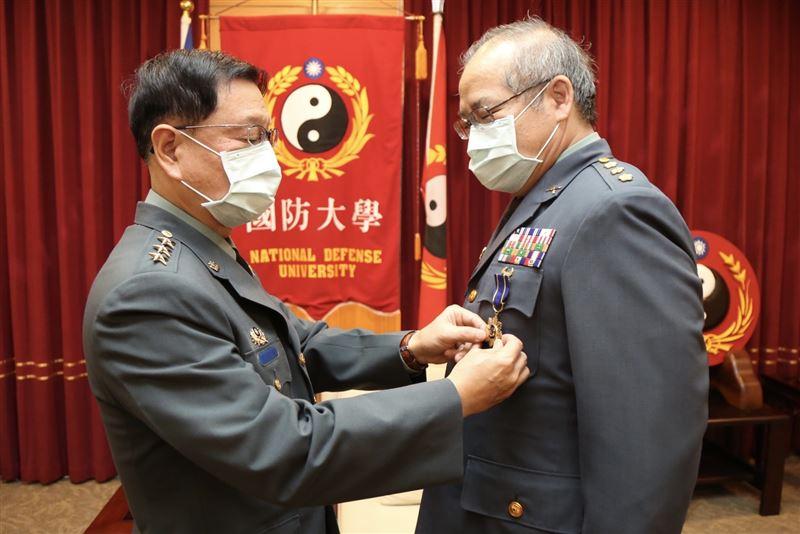 王信龍接見屆退上校肯定奉獻2